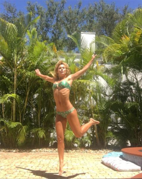Carol em piscina de sua casa em Miami