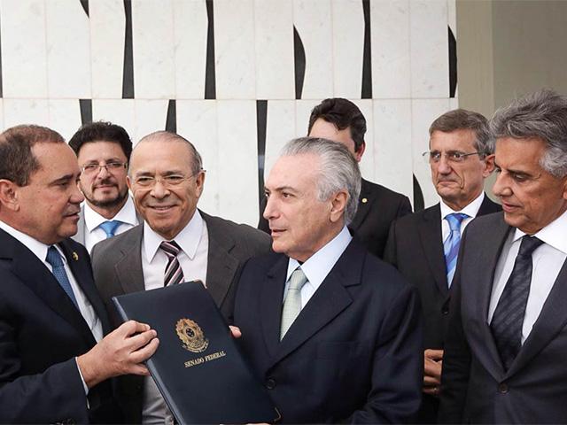 Michel Temer assina notificação de posse como presidente interino encaminhada pelo Senado || Créditos: Marcos Correa / Divulgação
