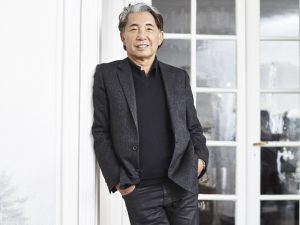 Kenzo Takada aterrissa no Brasil para anunciar parceria com a Avon