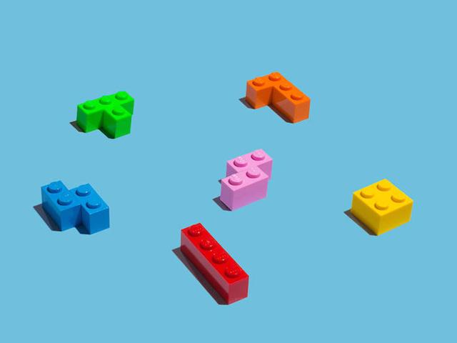 Pecinhas de Lego transformadas em objetos do cotidiano por artista espanhol