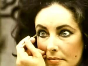 Vídeo raro de Elizabeth Taylor se maquiando rouba a cena na internet
