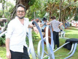 Iódice e Jack Vartanian armam tarde animada em praça nos Jardins