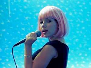 Scarlett Johansson grava clássico da banda New Order por uma boa causa