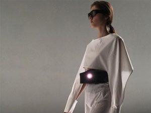 Desfile em Paris tem projeções comandadas por sensores em óculos e cintos