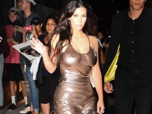 Kim Kardashian vai com os seios à mostra para show de Kanye West em NY