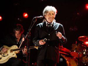 Bob Dylan leva Nobel de Literatura e entra para a história da premiação