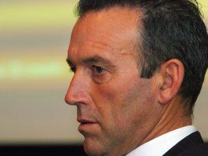 Mais rico da Nova Zelândia se dobra à imprensa para vender iate