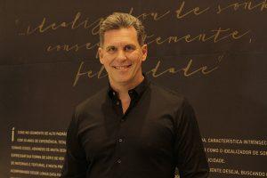 Arquieto Rogério Perez lançou livro na loja da Breton nos Jardins