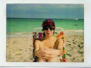 Autobiografia de Rita Lee traz foto da cantora fazendo topless em Barbados