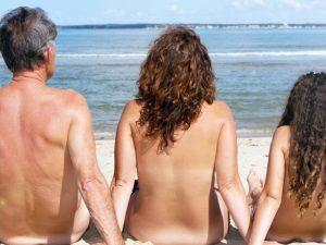 Nu com a mão no bolso. Aqui, nove points de nudismo e naturismo no Brasil