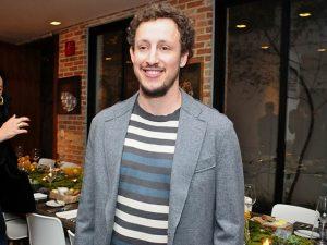 João Ferraz comemora aniversário com amigos e boa comida