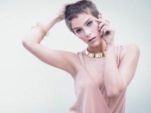 Direto do horário nobre da Globo, Isabella Santoni posa cheia de joias para a J.P