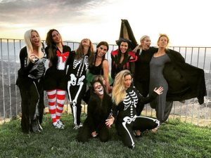 Kourtney Kardashian reúne bffs em sua festa de Halloween em LA
