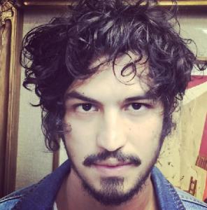 Gabriel Leone, famoso pelo cabelo assimétrco, vai mais fundo no estilo