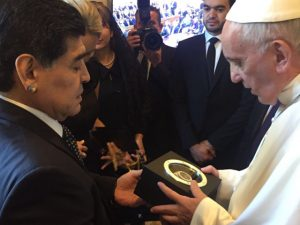 Maradona presenteia Papa Francisco com um Relógio Hublot. E tem clique!
