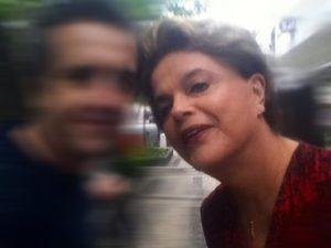 A vida de Dilma Rousseff no Rio: rotina a pé em Ipanema, selfies e compras