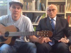 Eduardo Suplicy solta a voz ao lado do filho em homenagem a Bob Dylan