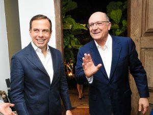 Doria e Alckmin chegam juntos a jantar chez Lucilia Diniz