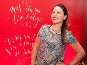 Ágatha Rolim leva caligrafia para o agito de 10 anos da Revista J. P