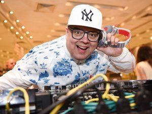DJ Zé Pedro entrega o Top 5 da Festa de 10 anos da Revista J.P por Bradesco