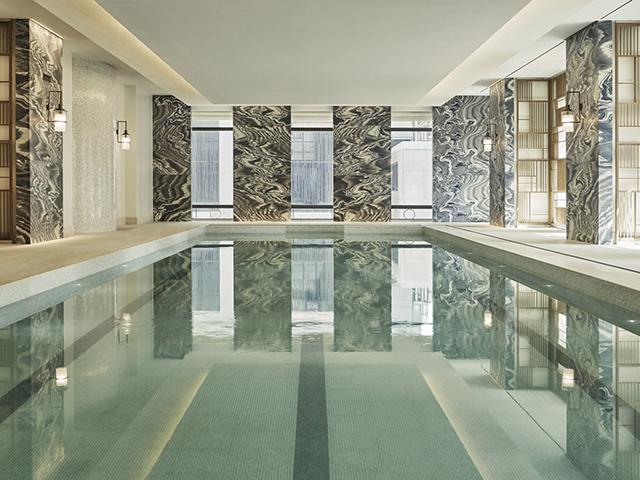 Detalhe da piscina do novo Four Seasons Hotel New York Downtown || Crédito: Divulgação