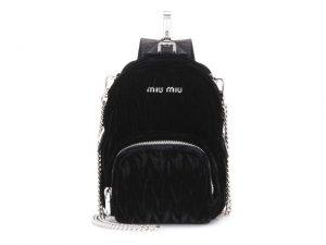 Desejo do Dia! Ai que fofura a mini bolsa Miu Miu em formato de mochila
