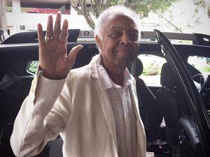 """Gilberto Gil deixa hospital: """"Aquele abraço pra todo mundo e axé"""""""
