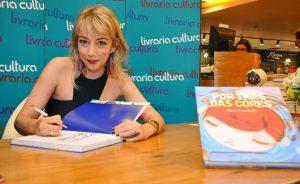 """Noite de autógrafos de """"Por Trás das Cores"""", por Nina Pandolfo"""