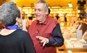 Antonio Bivar reúne turma boa em torno do lançamento de seu livro