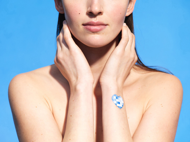 UV Patch é o primeiro adesivo que detecta o nível de exposição da pele aos raios solares || Créditos: Divulgação