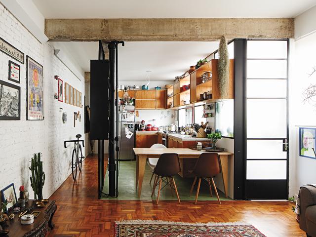 A cozinha completamente integrada aos demais cômodos do apartamento. | Foto: Gui Morelli