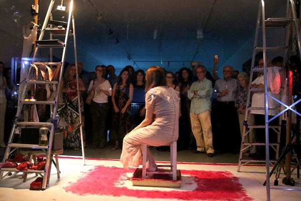 Palco da performance de Maria Luisa Mendonça tem chão marcado de tinta por seus pés || Crédito: Glamurama