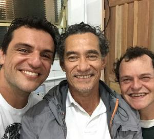 Rodrigo Lombardi e Matheus Nachtergaele gravando em presídio