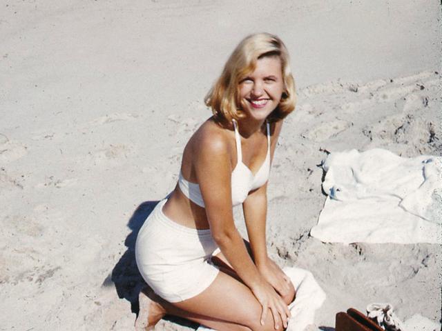Sylvia Plath posa na praia em 1955 | Foto: Reprodução