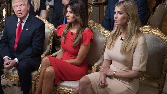 Donald Trump, a futura primeira dama Melania Trump e Ivanka Trump: pulseira da discórdia || Créditos: Divulgação / Reprodução