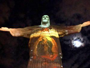Cristo se veste de Nossa Senhora para show de Maria Gadú aos seus pés