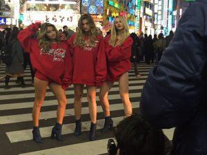Sasha é vista em versão bombshell pelas ruas de Tóquio. Oi?