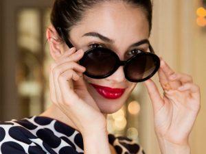 58cbe0d585aca Desejo do Dia  o clássico e o contemporâneo nos óculos Camellia da Chanel ·  Carolina Herrera comemora 35 anos com linha que brinca com suas iniciais