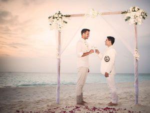 Só love: Marcelo Antunes e Rodrigo Beze oficializam união nas Maldivas