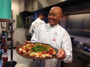 """Aprenda a fazer camarões sizzling com o chef Ken Hom, o """"rei da wok"""""""