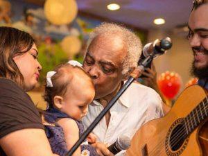 Sol de Maria, bisneta de Gil e neta de Preta, ganha festão pelo seu 1º ano de vida