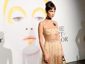 Bella Hadid estreia como estilista de marca queridinha de Rihanna