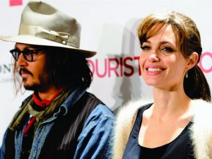 Suposto affair de Angelina Jolie, Johnny Depp é visto em clima down