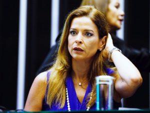 Revista PODER entrega o porquê dos olhos arregalados de Claudia Cruz