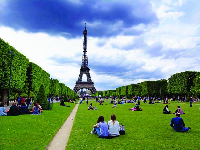 Os jardins da Torre Eiffel, em Paris || Créditos: Getty Images