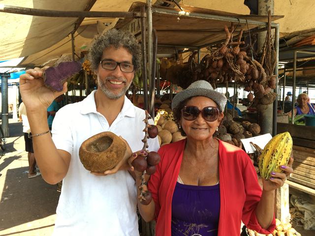 Estevão Ciavatta, em Santarém, no Pará, com uma das entrevistadas da série 'Fonte da Juventude' || Créditos: Divulgação