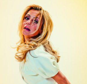 """Adriana Esteves, aos 47 anos: """"Atuar tem que ser uma entrega amorosa"""""""