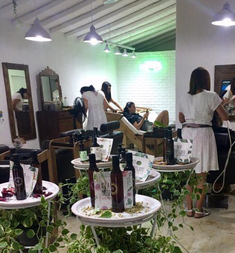 Bianca Brandolini cuidando de seu cabelo no espaço do Laces em Trancoso || Créditos: Glamurama