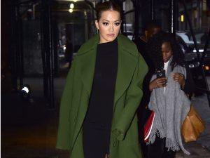 Certa cantora dá pivô no SoHo, em NY, com casaco deluxe by Emilio Pucci