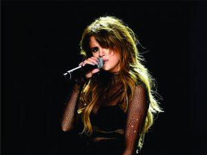 Longe dos palcos, Selena Gomez segue quebrando recordes